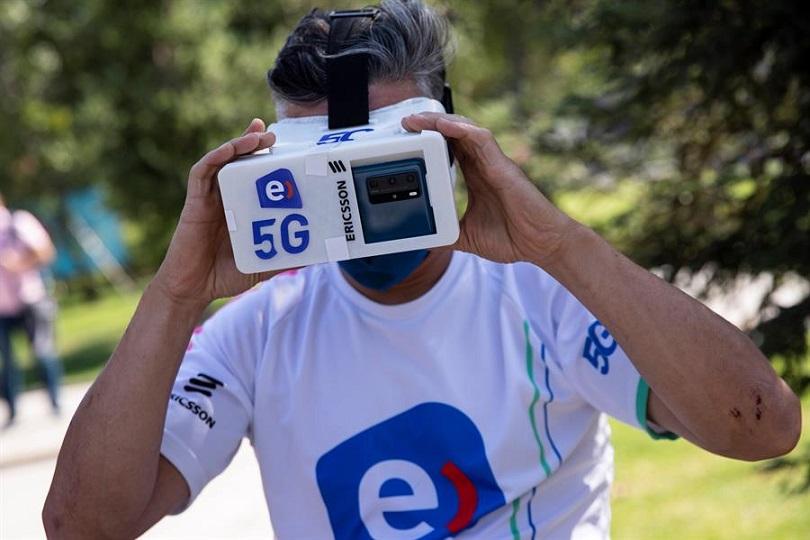 Un ciclista se prepara para realizar una prueba de conexión a la red 5G. EFE