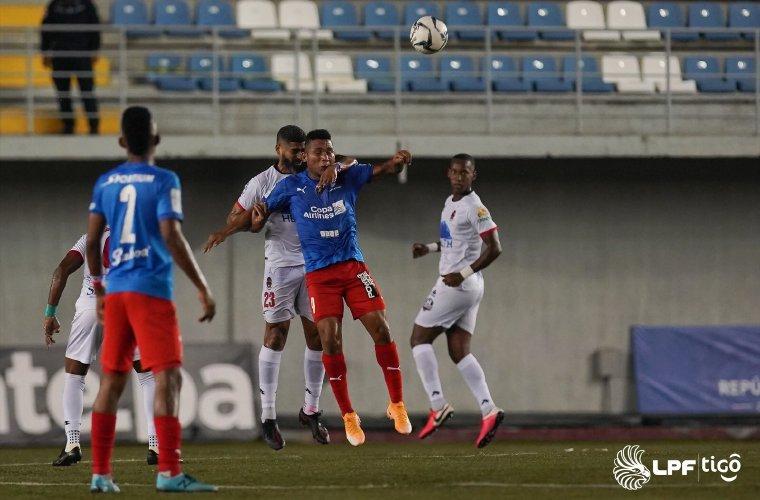 """El volante Gabriel """"Gavilán"""" Gómez (23), del Sporting, marca al atacante placino Ronaldo Dinolis durante el duelo por la jornada 13. Foto:LPF"""