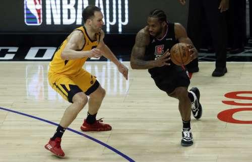 Kawhi Leonard (der.) fue el máximo anotador de los Clippers en el último juego. Foto: AP