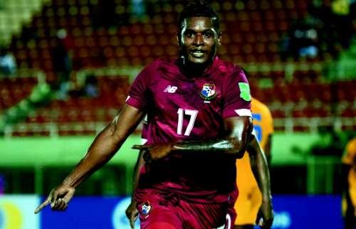 Jair Catuy (17) marcó el gol con que Panamá venció a Barbados en el arranque de las eliminatorias, en República Dominicana. Foto: EFE
