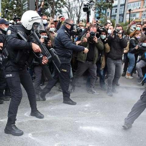 Policía turca dispersa una protesta efe