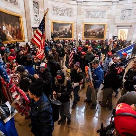 Seguidores de Donald Trump asaltan el Capitolio efe 1