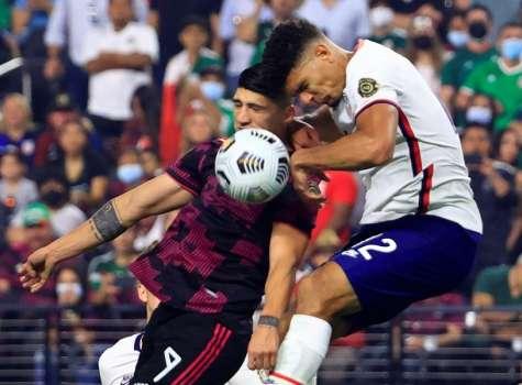 Miles Roninson (d) de Estados Unidos disputa un balón con Alan Pulido, de México. /EFE