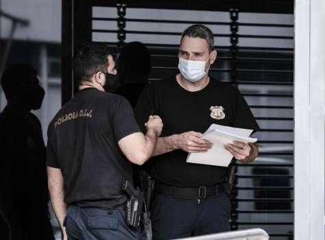 Varios policías del Organismo de Investigación Judicial (OIJ) de Costa Rica, busca evidencias durante una serie de allanamientos que se llevan a cabo por un caso de aparente corrupción relacionado a fondos públicos para la infraestructura. EFE