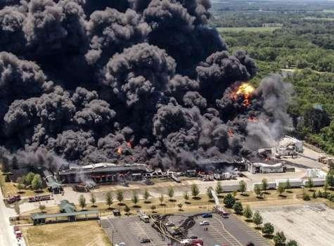 Los bomberos continúan combatiendo un incendio en la planta química Chemtool en Rockton, Illinois (EE.UU.). EFE