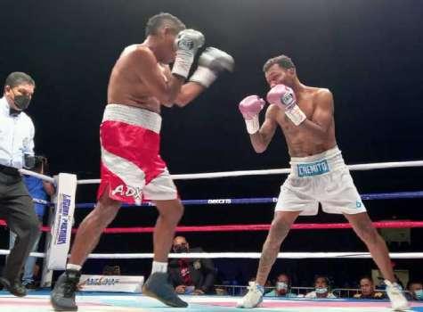 Anselmo Moreno (d) no dio chances a su rival, Walberto Ramos, en la Arena Roberto Durán. Foto: Alexander Santamaría