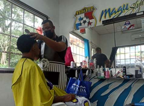 """""""Magu"""" tiene su propia barbería desde hace siete años. Foto / Ana Quinchoa."""