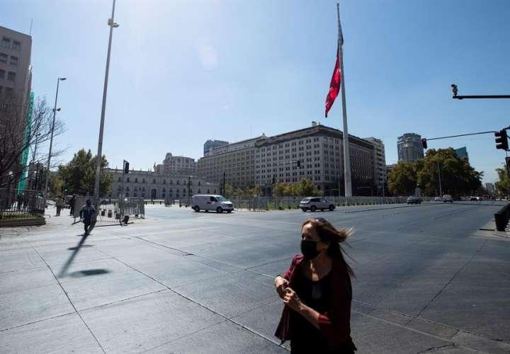 Más de 16 millones de personas amanecen confinadas en Chile por la covid-19