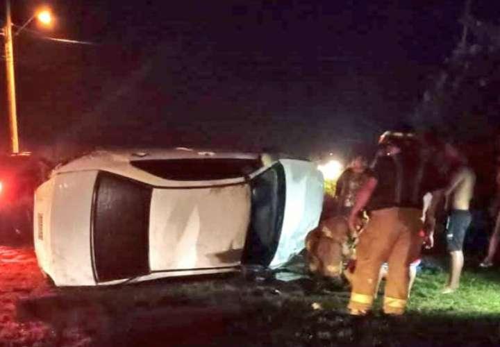 Muere joven de 27 años al volcarse su auto