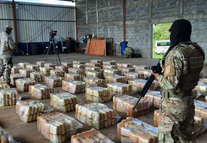 Decomisan más de 1,500 paquetes de droga en lancha rápida