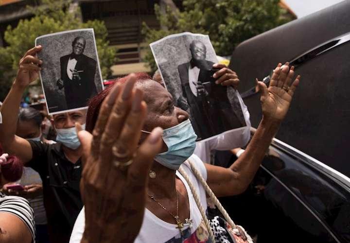 Cientos de personas acuden a despedir al merenguero dominicano Johnny Ventura