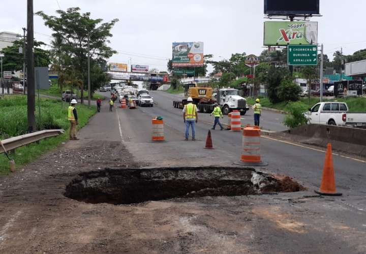 Lluvias provocan hundimiento en carretera; Mop indica que hará trabajos