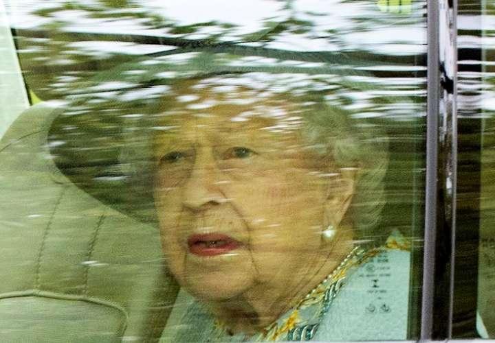 Isabel II, de 95 años, usa un bastón por primera vez en un acto público