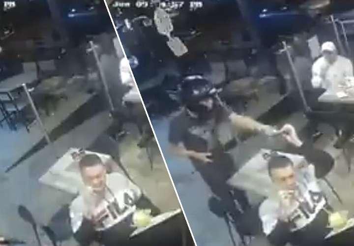 Roban a punta de pistola un restaurante y un cliente no deja de comer sus alitas