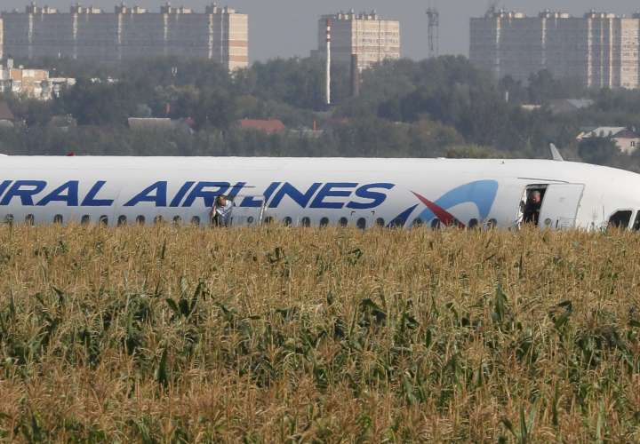 Un avión aterriza de panza en las afueras de Moscú