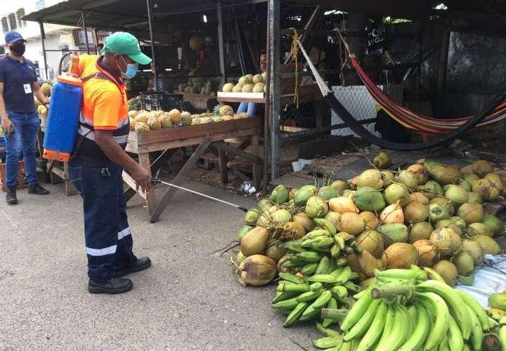 Desinfectan mercado con químico especial