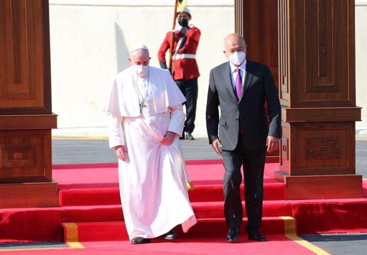 Papa Francisco llega a Irak y pide compromiso para llevar paz a Oriente Medio
