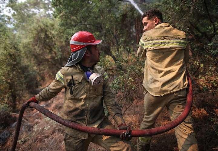 Suben a seis los muertos en incendios en Turquía, tras fallecer dos bomberos