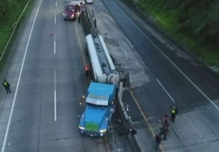 Cisterna choca contra jersey en autopista Panamá-Colón y casi ocasiona tragedia