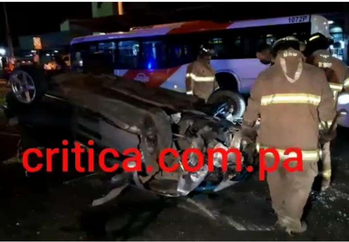 Colisión múltiple entre 5 autos y un metrobús; hay 2 heridos