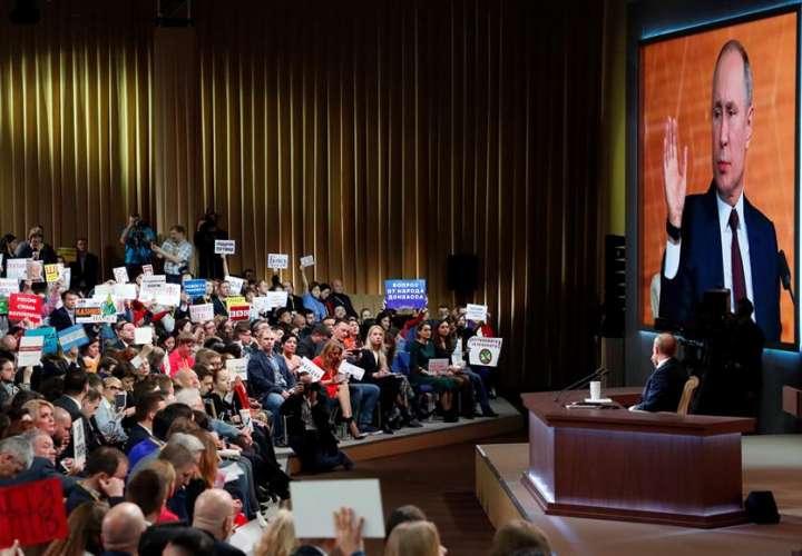 """Putin defiende a Trump del """"impeachment"""" y presume de sus 20 años de gestión"""