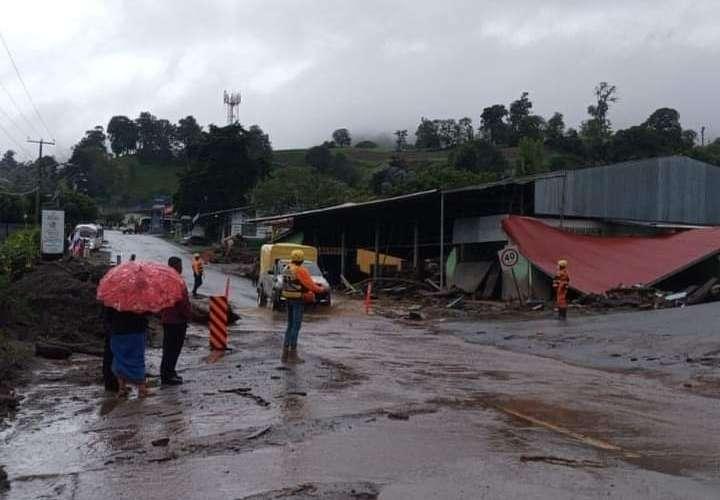 Deslizamientos en Gualaca, evacuación de familias en Cerro Punta y Volcán