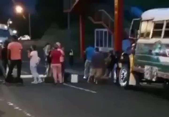 Moradores de Río Gatún cierran vía por falta de agua