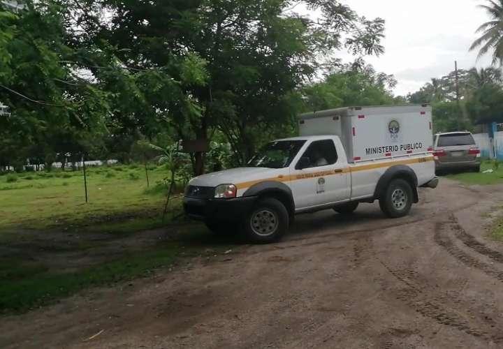 Personal del Instituto de Medicina Legal y Ciencias Forenses realizó el levantamiento del cadáver.