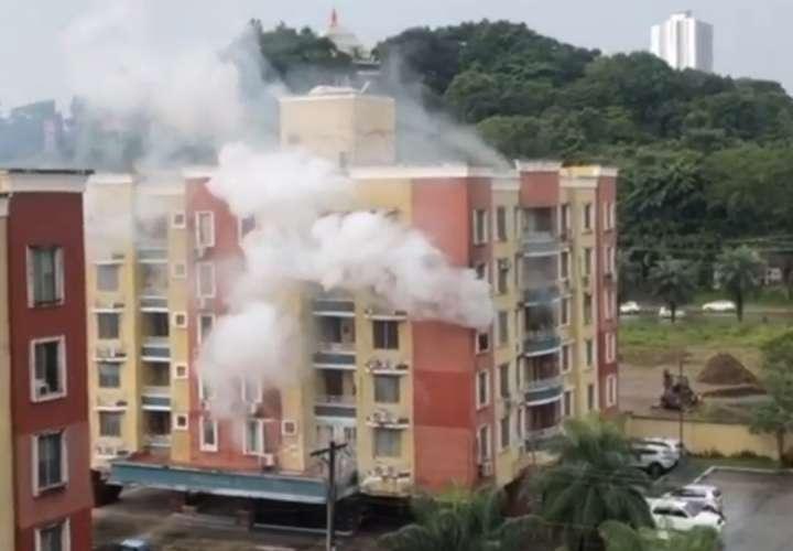 Dos afectados y daños deja incendio en apartamento en vía Centenario [Video]