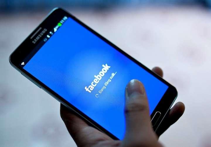 Imagen de archivo de la aplicación de Facebook en un teléfono móvil. EFE