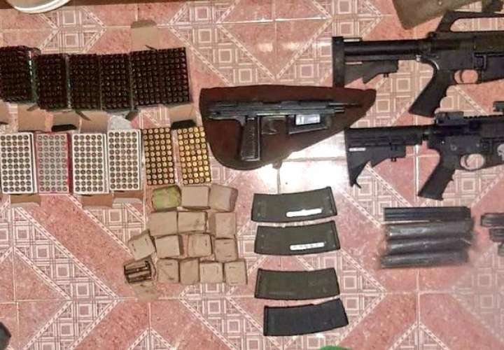 Cae mujer por posesión de armas de guerra, municiones y droga en Colón  [Video]