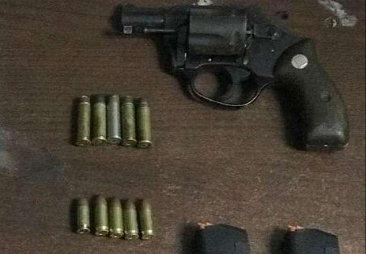 Tres detenidos, droga y armas durante allanamiento en Villa Lorena [Video]
