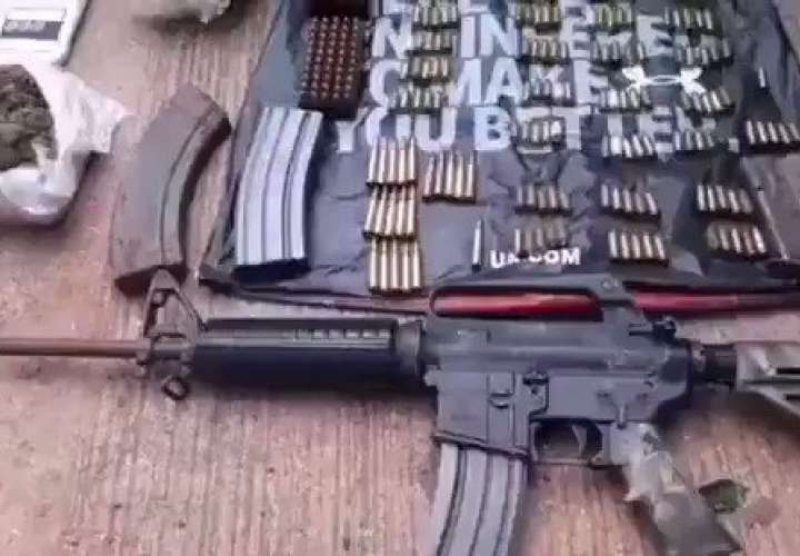 Hallan fusil M-4, municiones y presunta droga en El El Infiernito [Video]