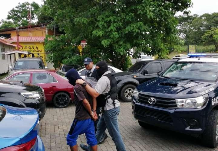 Vista general del traslado del presunto asesino de estudiante del IPT Fernando De Lessep en Arraiján.  Foto: Eric Montenegro
