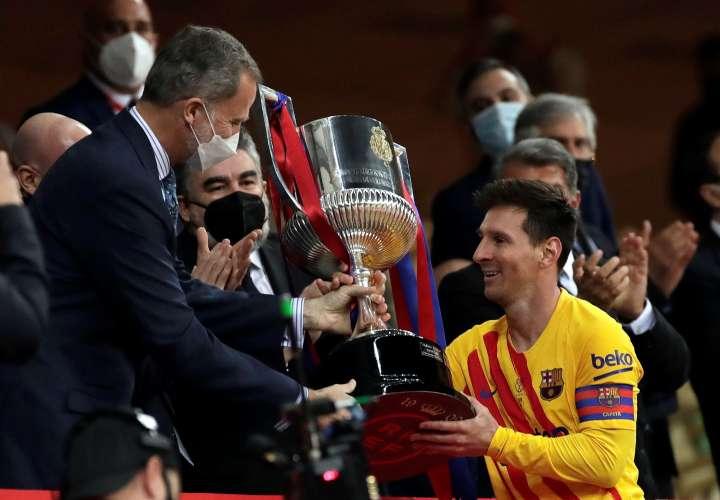 Messi (d) recibe la Copa de manos del rey Felipe VI. /Foto: EFE