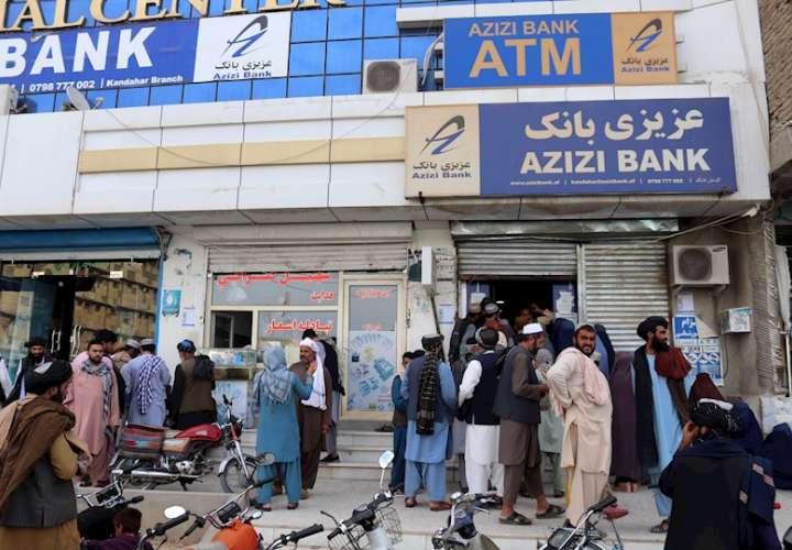 Varias personas intentan retirar dinero de un banco en Kandahar, Afganistán. EFE