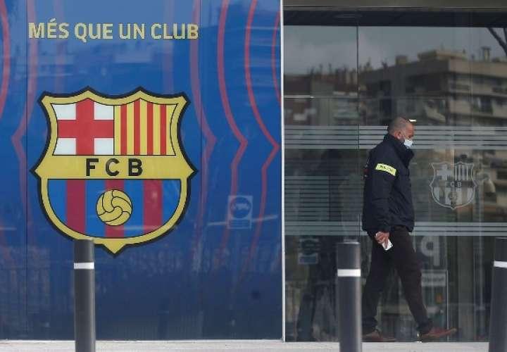 Agentes del Área Central de Delitos Económicos de los Mossos d'Esquadralas realizan un registro en las oficinas del Fútbol Club Barcelona. Foto: EFE
