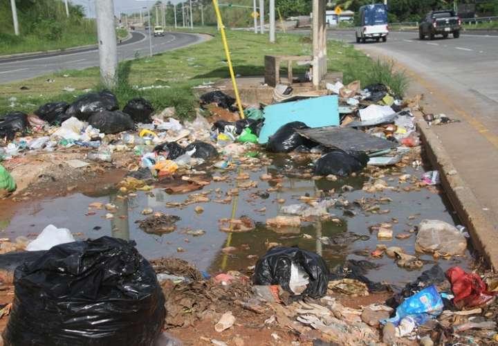 personas inescrupulosos tiran la basura en donde les da la gana.