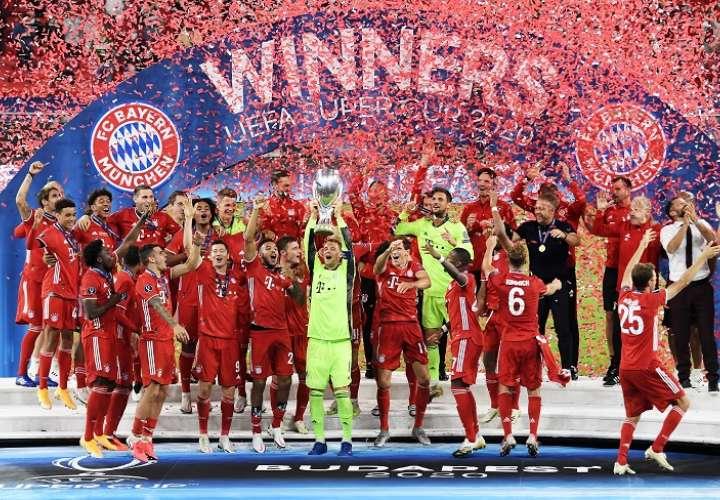 El arquero Manuel Neuer levanta la Supercopa. /Foto: EFE