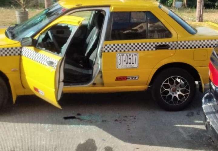 El taxi con placa 3T 0517 quedó con la ventana del conductor destruida por la bala.