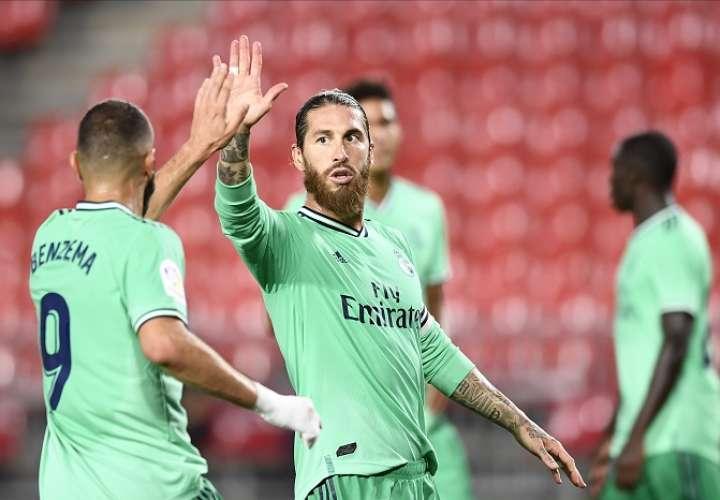 Sergios Ramos y Benzema se saludan tras el fin del partido. /Foto: EFE