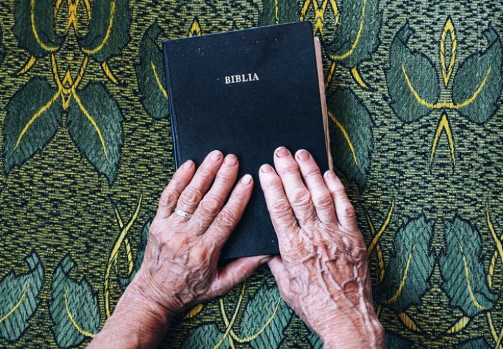 Encuentran cuerpo en estado de descomposición con una Biblia en su mano