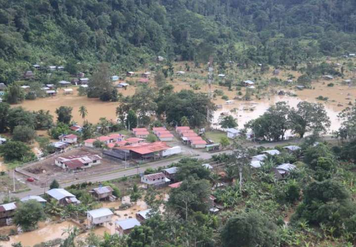 Siguen los rescates y ayuda a familias afectadas por inundaciones en Bocas