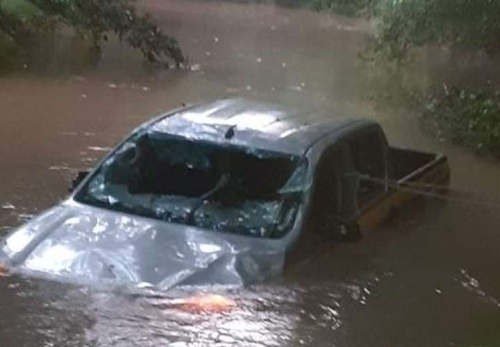 12 funcionarios se salvaron de morir al ser arrastrados por una cabeza de agua