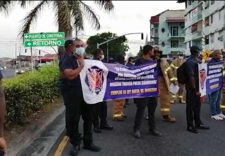 Bomberos de Colón protestan por falta de ascensos  [Video]