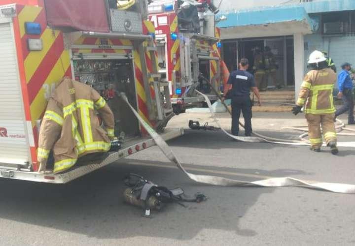 Conato de incendio en vieja policlínica de Las Tablas. Bomberos controlan