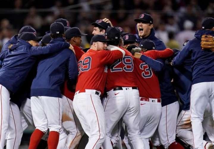 Los jugadores del equipo de los Medias Rojas de Boston celebran luego de eliminar a los Yankees de Nueva York.