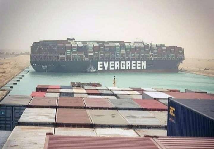Un buque de bandera panameña bloquea Canal de Suez tras ladearse por una tormetna de arena este miércoles en Egipto.  Foto: EFE