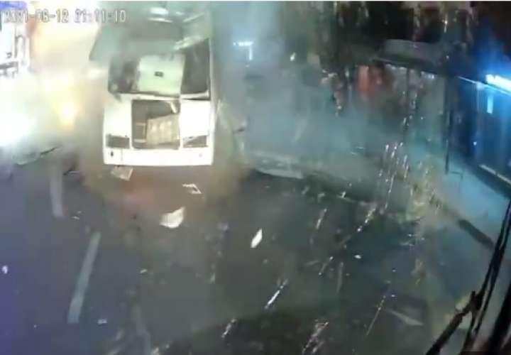 un autobús que venía detrás y desde otro vehículo fueron captados vodeos del suceso.