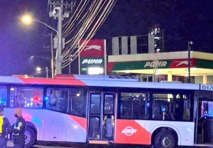 Una pareja que se transportan en moto mueren al ser colisionados por metrobús